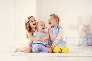 Der Geschwisterbonus richtet sich bei zwei Geschwistern (über 3 Jahren) nach dem älteren Kind: Wird das ältere Geschwisterkind sechs Jahre alt, entfällt die Bonuszahlung ab dem nächsten Monat.