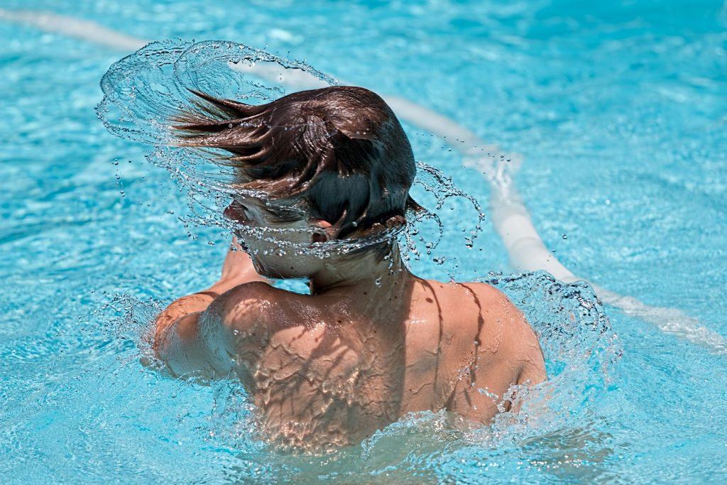 Sonnenschutz mit Sonnencreme im Pool